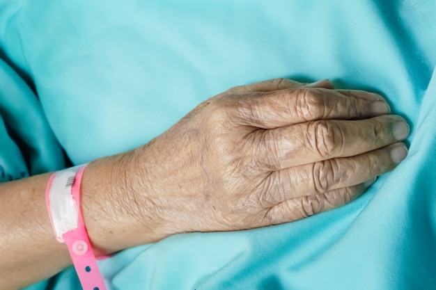 Oude persoon in bed in het ziekenhuis