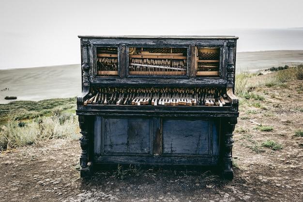Oude piano op het strand