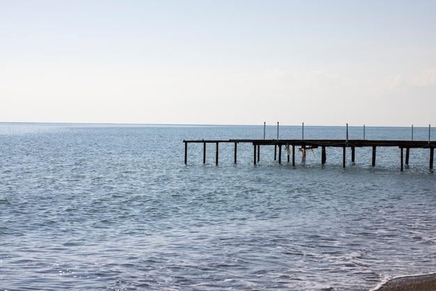 Oude pier en blauwe zee