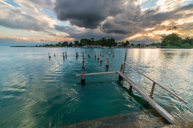 Oude pier op poso-meer bij schemer, sulawesi, indonesië