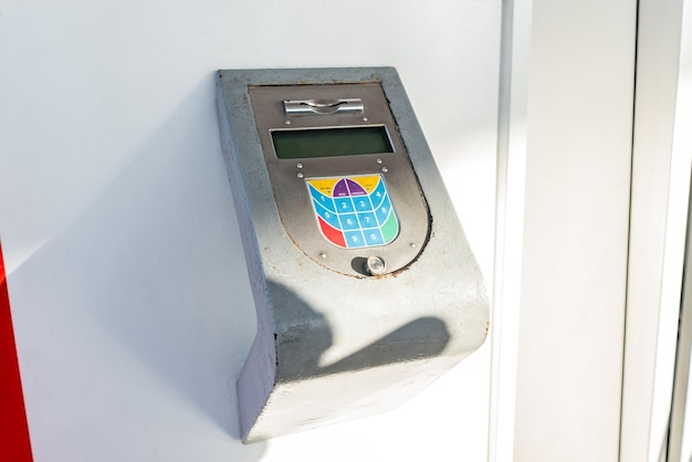 Oude pinautomaat bij tankstation