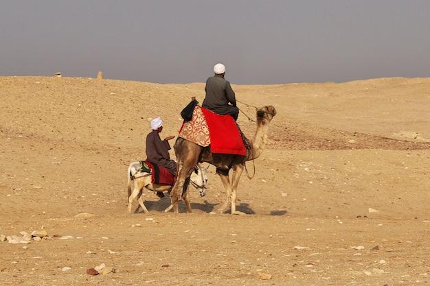 Oude piramide van sakkara in de woestijn van egypte