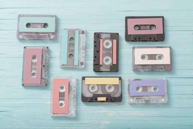 Oude plastic cassette op blauwe houten. retro muziekconcept