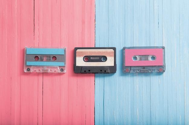 Oude plastic cassette op houten achtergrond