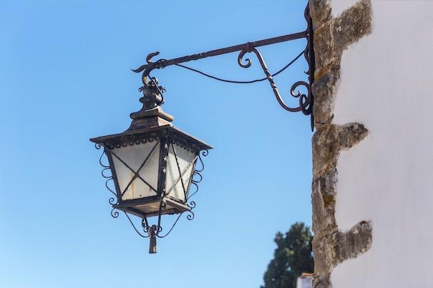 Oude portugese straatlantaarns. op de muren van huizen.