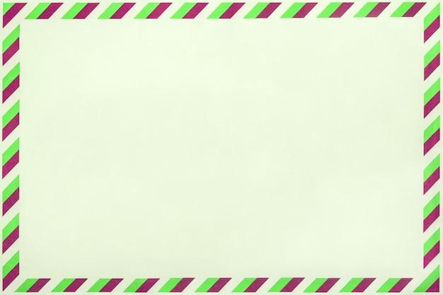 Oude post gestreepte envelop, achtergrond met kopie ruimte. postbrief met gestript vintage patroon.