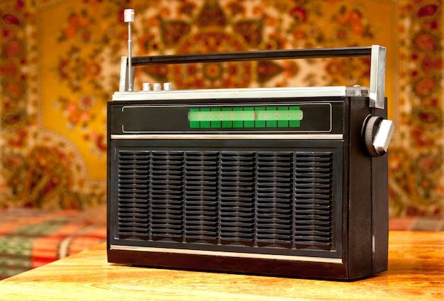 Oude radio die op de achtergrond van het sovjetbinnenland wordt geplaatst.