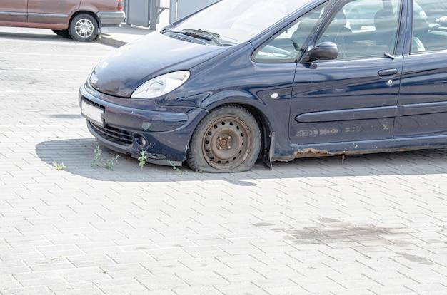 Oude, retro auto met roest op het metaal. zijaanzicht. roestige carrosserie, de onderdrempel van de auto
