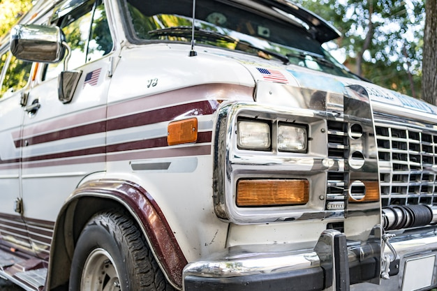 Oude retro bus. ruwe metalen oppervlaktetextuur. vintage autobus