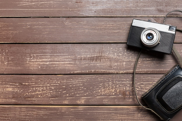 Oude retro camera op houten tafel achtergrond