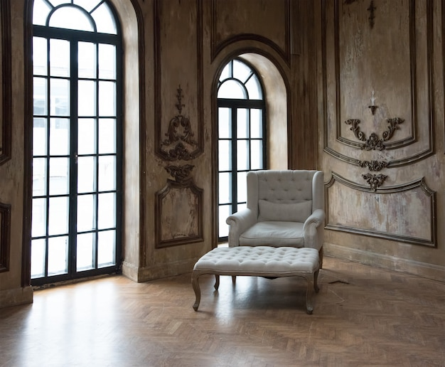 Oude retro fauteuil tegen raam.