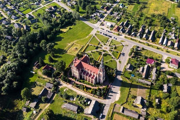 Oude retro kerk van de heilige drie-eenheid in gerviaty, regio grodno, wit-rusland.