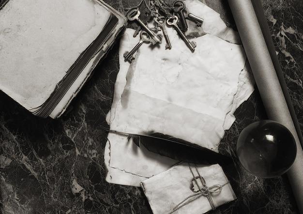 Oude retro papieren en boek op tafel met detective tools achtergrond
