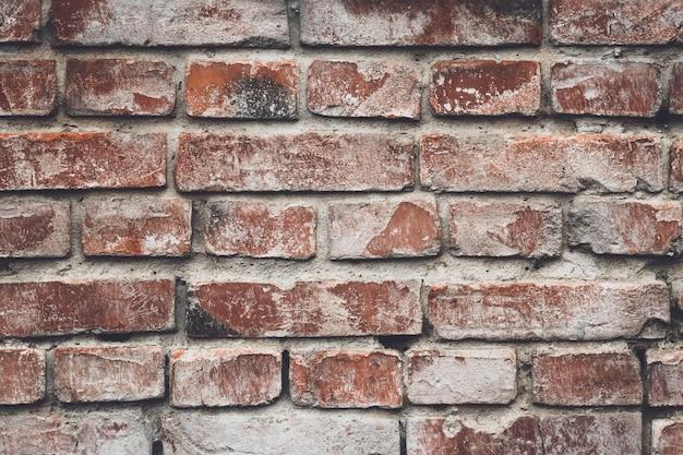 Oude rode bakstenen muur in rustieke stijl. cementmuur, grunge textuur. bruin achtergrondbehang. ruw vintage gebarsten metselwerk. geweven achtergronden. beton, stenen achtergrond, patroon.