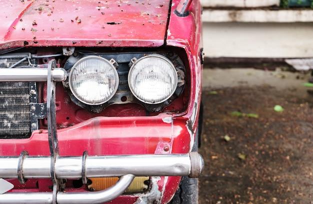 Oude rode pick-up geparkeerd naast de tempel.