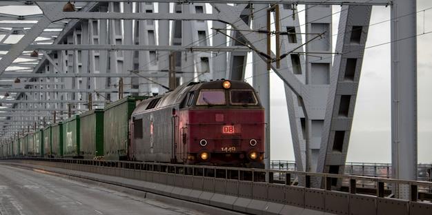 Oude rode trein met groene wagens overdag