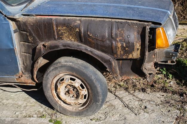 Oude roestige auto, oud wiel