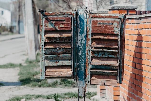 Oude roestige brievenbussen op straat