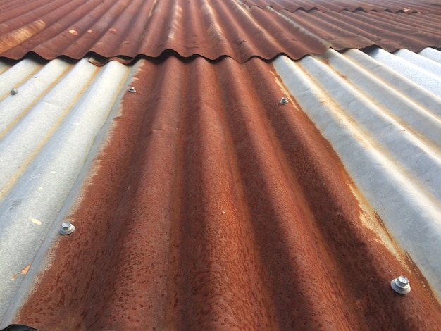 Oude roestige dakbovenkant