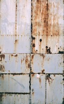 Oude roestige deuren van het grungemetaal.