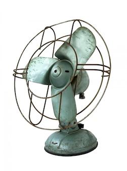 Oude roestige elektrische ventilator die op wit wordt geïsoleerd