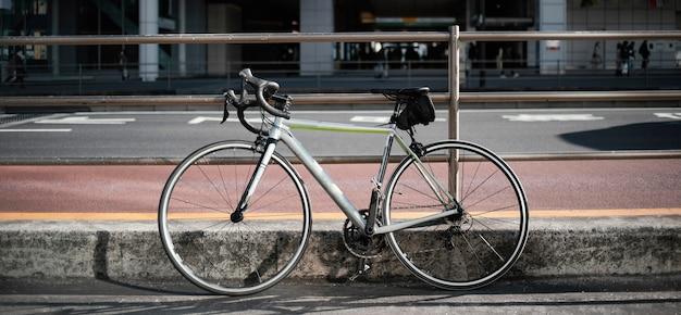 Oude roestige fiets buitenshuis