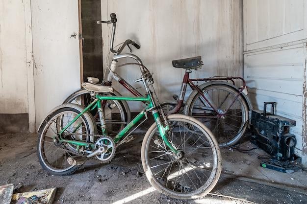 Oude roestige fietsen