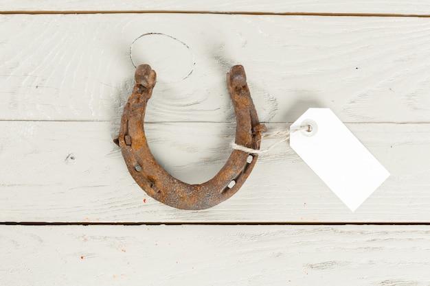 Oude roestige hoeven op houten bord