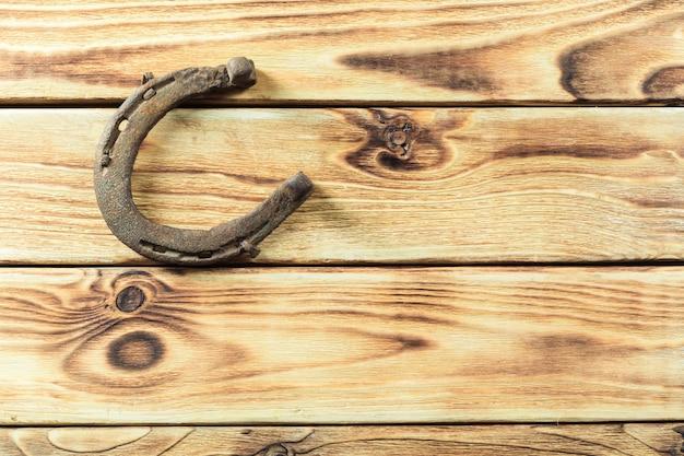 Oude roestige hoeven op houten raad