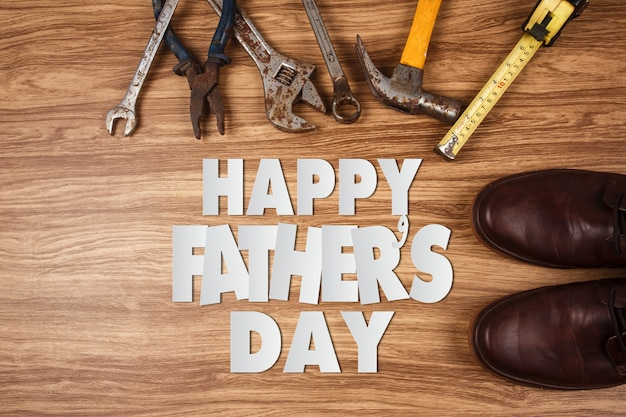 Oude roestige hulpmiddelen op oude houten achtergrond, gelukkige vaderdag