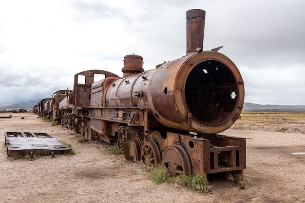 Oude roestige locomotief achtergelaten op een treinbegraafplaats. uyuni, bolivia