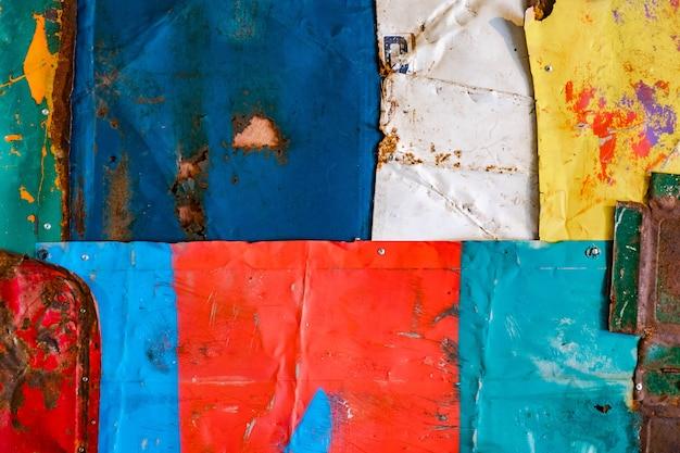 Oude roestige metaaltextuur als achtergrond. grunge textuur van kleurrijke oude verf oppervlak