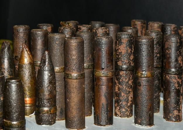 Oude roestige schelpen van kanonpatronen uit de tweede wereldoorlog.