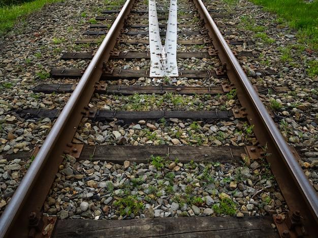 Oude roestige spoorlijn. spoorwegindustrie en vervoersinfrastructuur