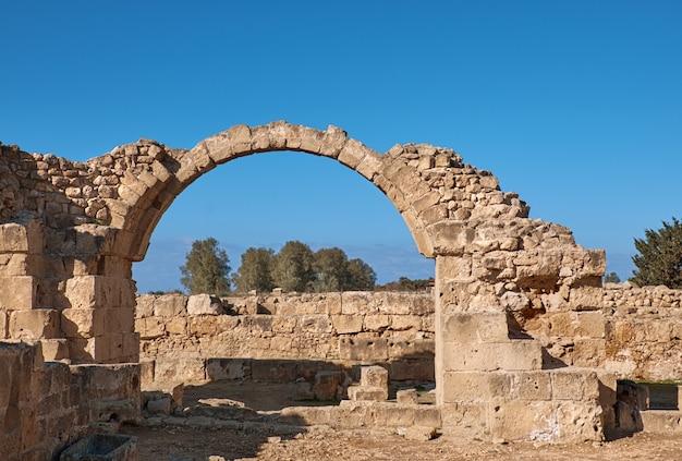 Oude romeinse bogen, het archeologische park van paphos in cyprus