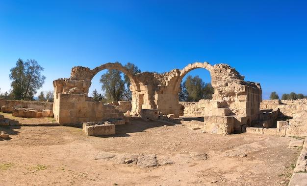 Oude romeinse bogen in het archeologische park van paphos, pafos