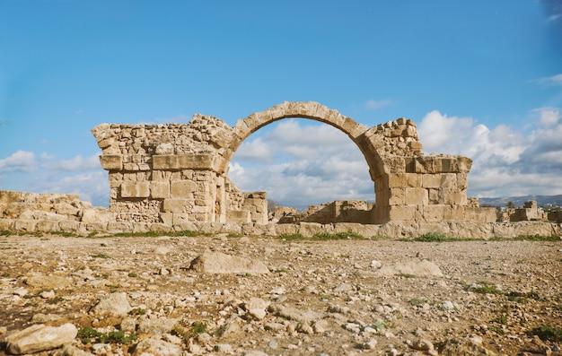Oude romeinse boog in het archeologische park van paphos
