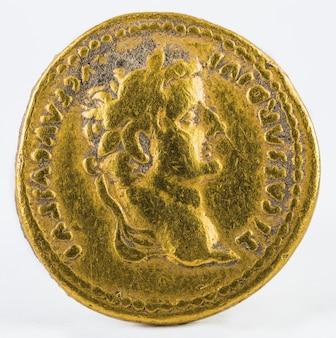 Oude romeinse gouden munt van keizer tiberius geïsoleerd