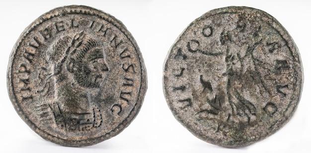 Oude romeinse koperen munt van keizer aureliaan. denarius.