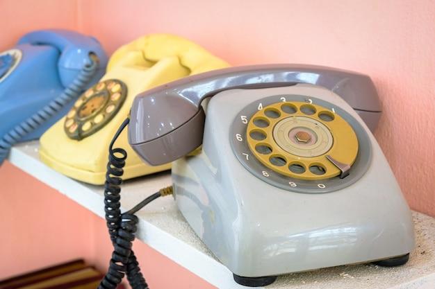 Oude roterende telefoon die op de plank wordt geplaatst