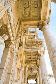 Oude ruïne, beroemde celsus-bibliotheek in efeze