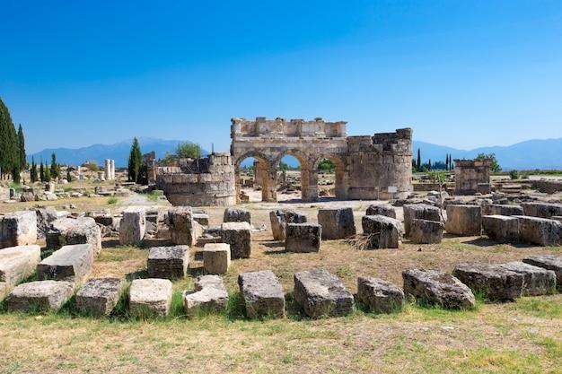 Oude ruïnes in hierapolis, pamukkale, turkije.