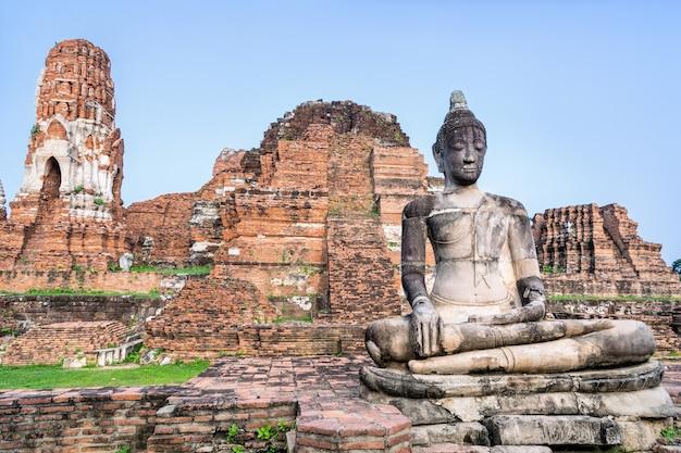 Oude ruïnes van de pagode en het oude boeddhabeeld in de tempel wat phra mahathat is een beroemde attractie in het historische park phra nakhon si ayutthaya, thailand