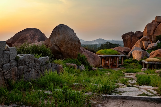 Oude ruïnes van hampi op zonsondergang. india