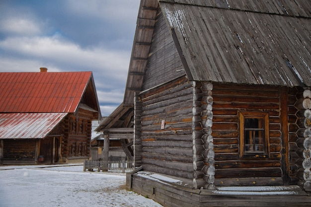Oude russische houten huizen met twee verdiepingen in het museum van houten architectuur suzdal rusland