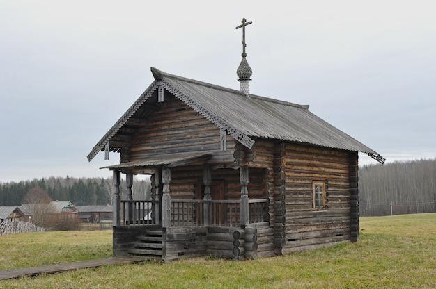 Oude russische kerk in het dorp van semyonkovo, vologda, rusland