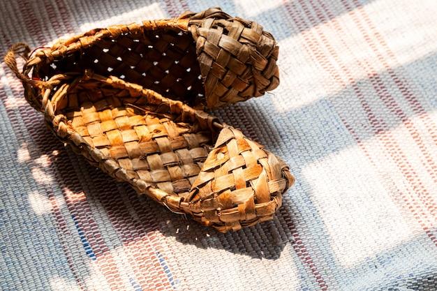 Oude russische sandalen gemaakt van schors