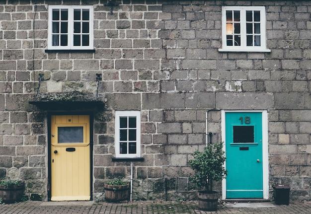 Oude schattige bakstenen huizen