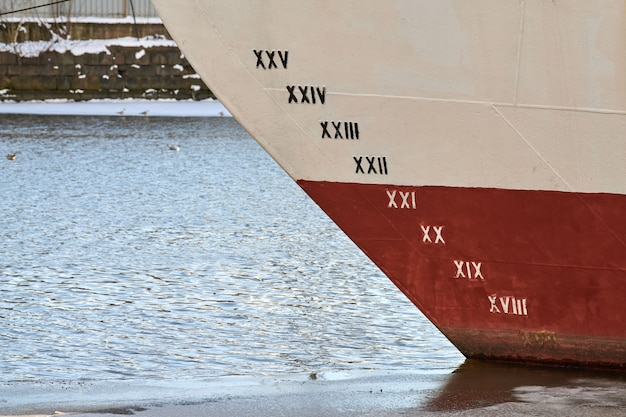 Oude scheepsdiepgang op romp, schaalnummering. afstand tussen waterlijn en onderkiel. schip in het water.