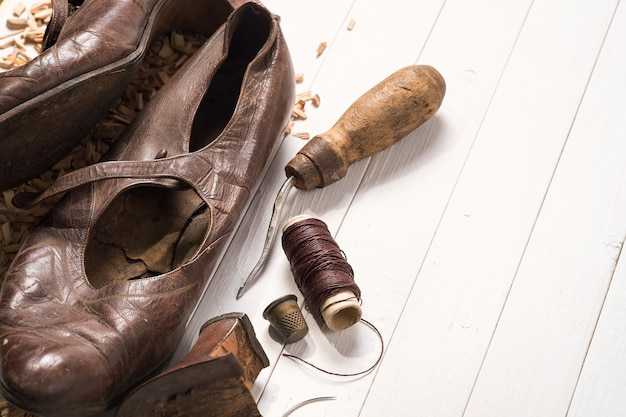 Oude schoenen en herstelhulpmiddelen